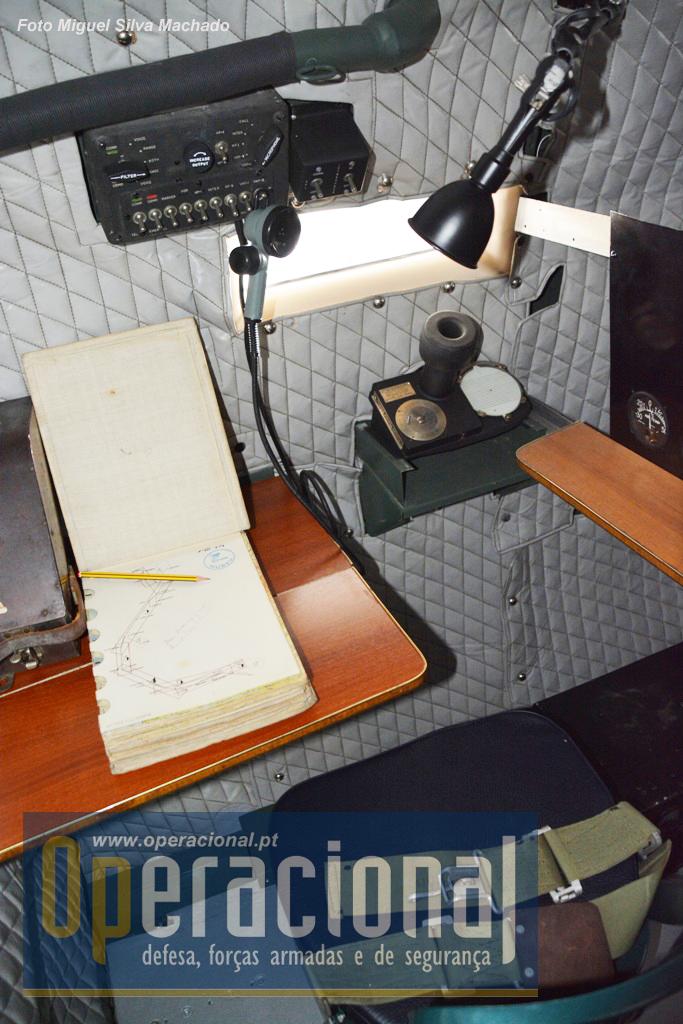 Aqui trabalhava o navegador. Note-se que os equipamentos, de origem estão expostos, mesmo muitos amovíveis, mas o interior da aeronave só pode ser visitado na companhia de um funcionário/militar do museu, o que é compreensível nestas condições.