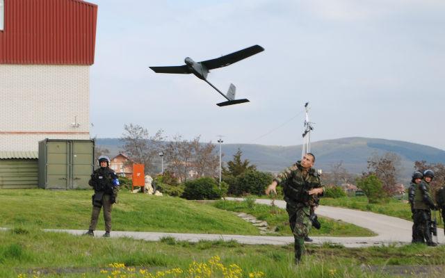 """No âmbito de um apareceria com a Tekever o Exército ajudou ao desenvolvimento de um """"drone"""" (AR 4)  foi testado em exercícios em Portugal e mesmo em  condições reais, no Kosovo. Continua no entanto sem ter um único ao serviço, caso raríssimo senão único no contexto dos países da NATO."""