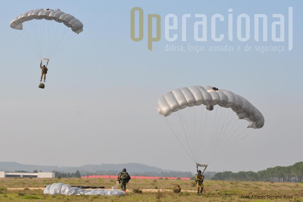 """O Batalhão Operacional Aeroterrestre da Brigada de Reacção Rápida, dispõe de saltadores operacionais a grande altitude com capacidades de infiltração únicas, podendo mesmo, em caso de necessidade transportar e colocar no terreno através de alto """"tandem"""", pessoal não especializado."""