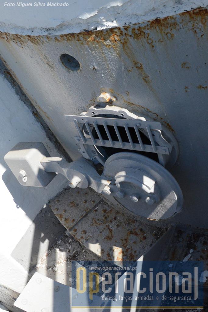 A mesma abertura da torre de carregamento (toda em ferro) vista do exterior. A grade foi é recente e destina-se a protecção.