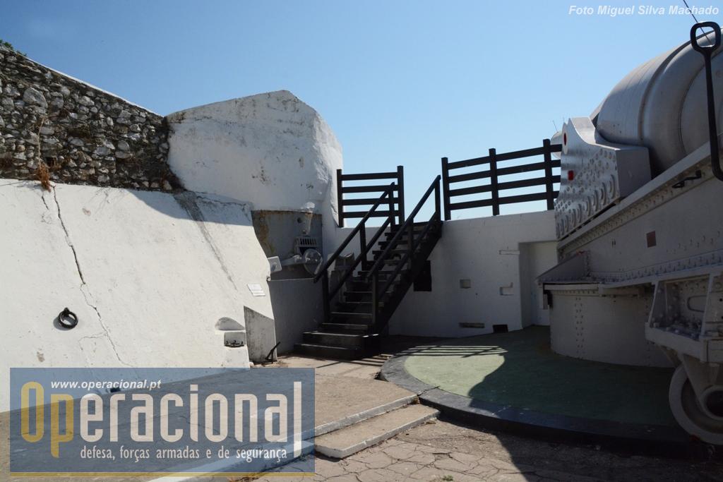 A escadaria e protecção de madeira foi colocada agora para permitir a deslocação dos visitantes. A torre de carregamento Sul.
