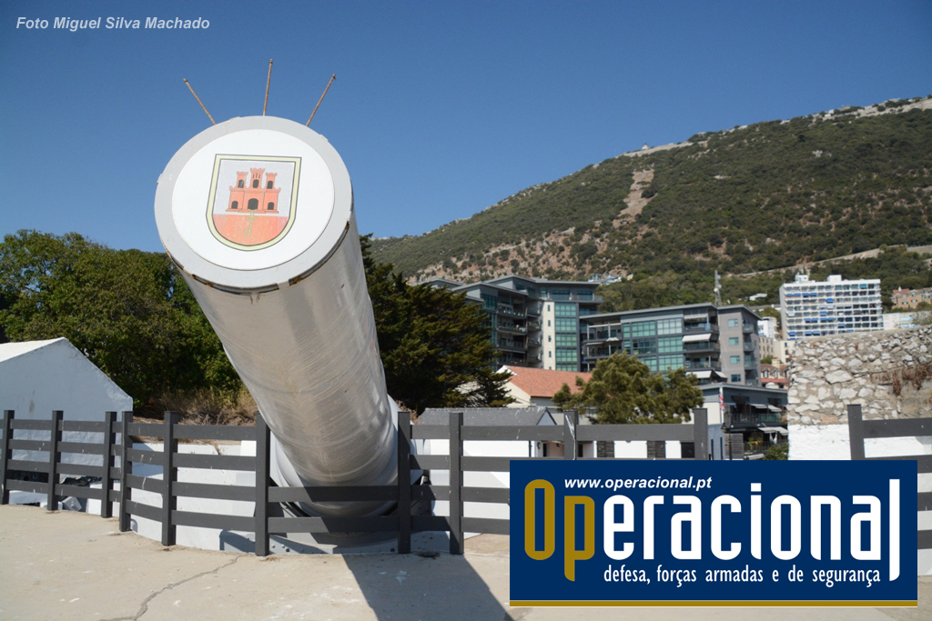 """O """"Victorian Supergun"""" que nunca entrou em combate mas serviu de elemento de dissuasão, presta hoje outros serviços a Gibraltar. contribuindo para a preservação da sua história e cultura. Um bom exemplo de Turismo Militar."""