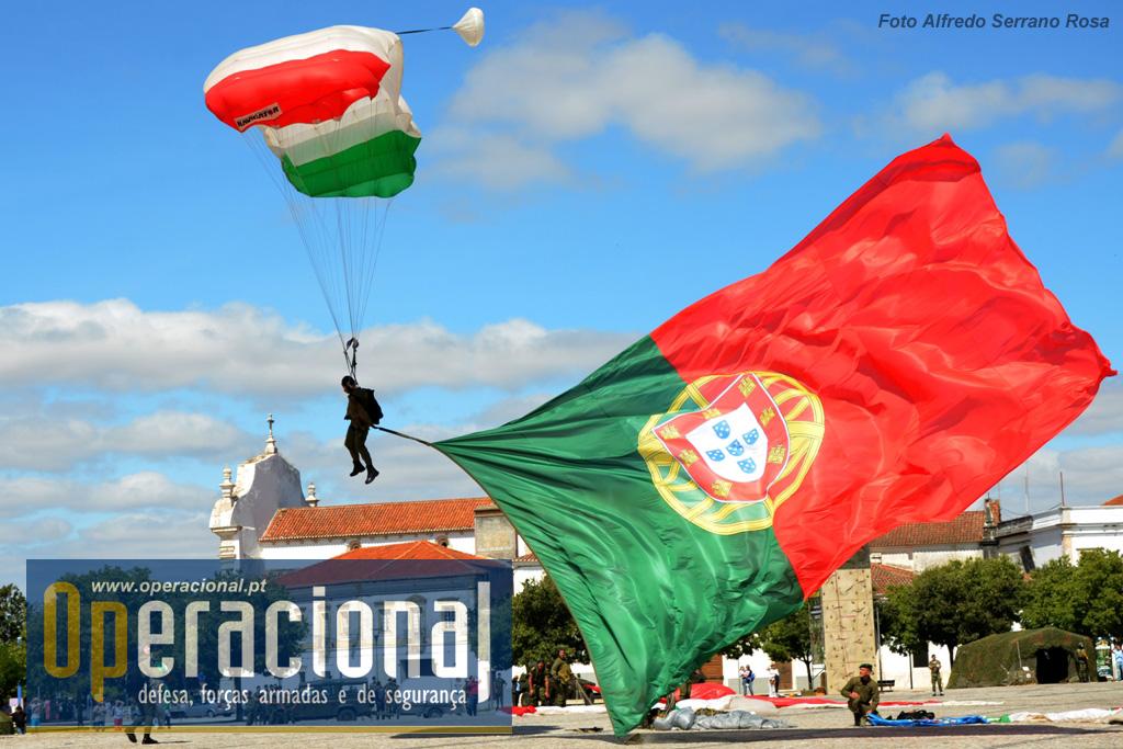 A tradição ainda é o que era e a Bandeira Nacional de grandes dimensões voltou a saltar sobre o local da cerimónia, manobrada pelo militares do Batalhão Operacional Aeroterrestre do Regimento de Paraquedistas