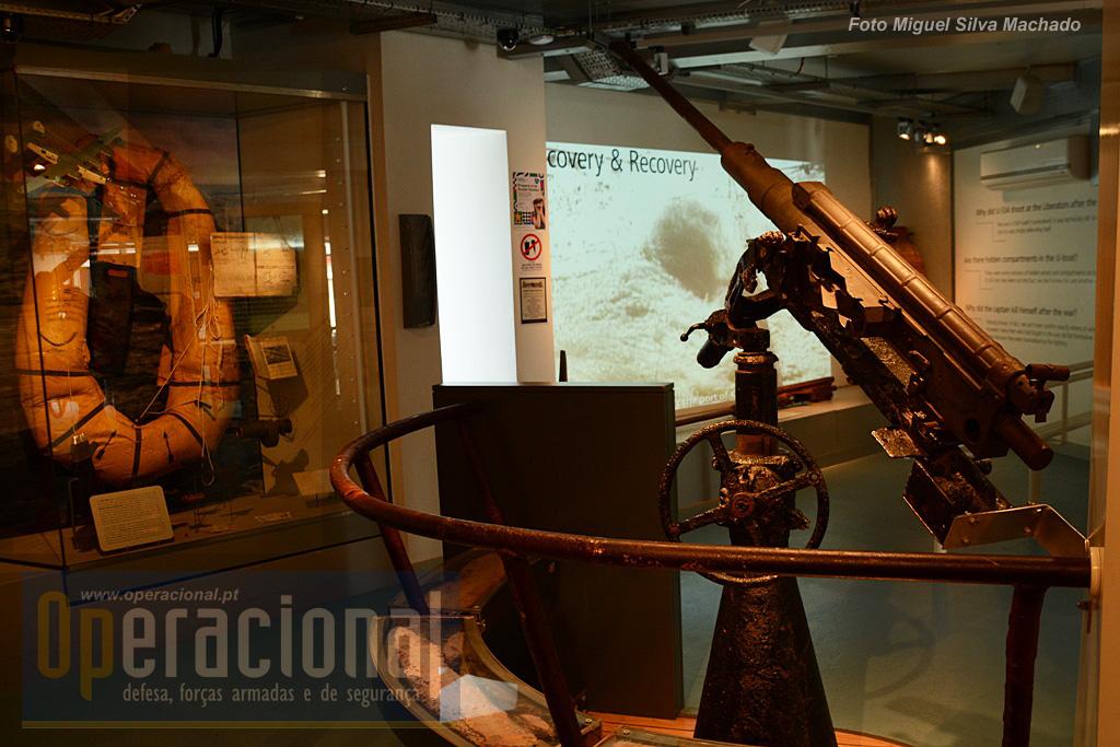 Uma Flak 38, 20mm e em segundo plano o local onde a história do U-534 é passada em filme.