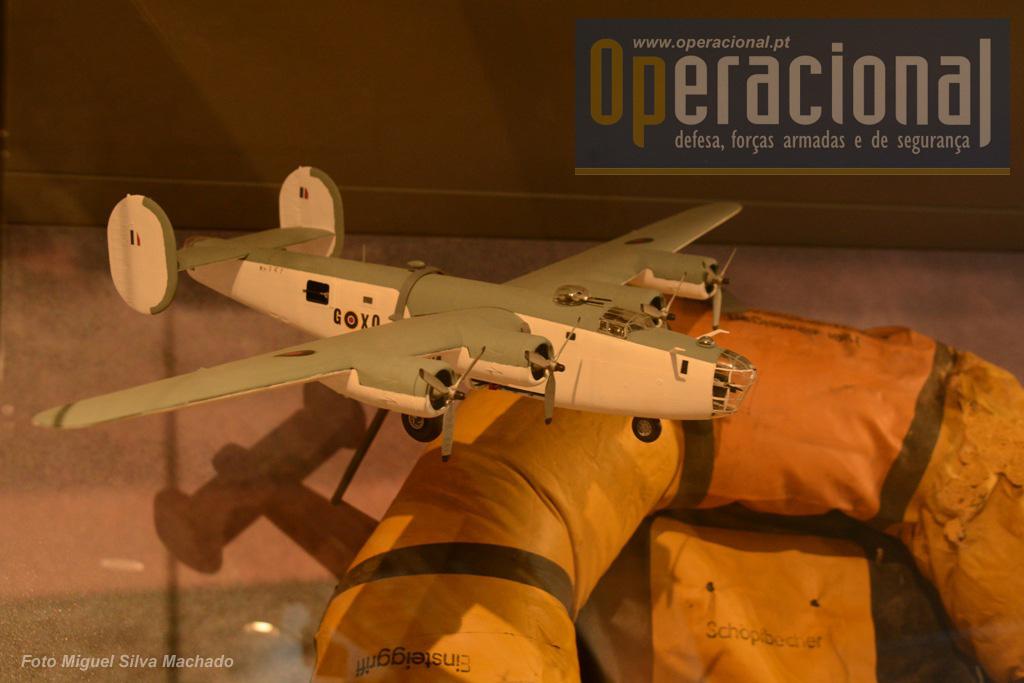 """Modelo do B-24 """"Liberator"""" que afundou o U-534 e uma das balsas salva-vidas do submarino."""