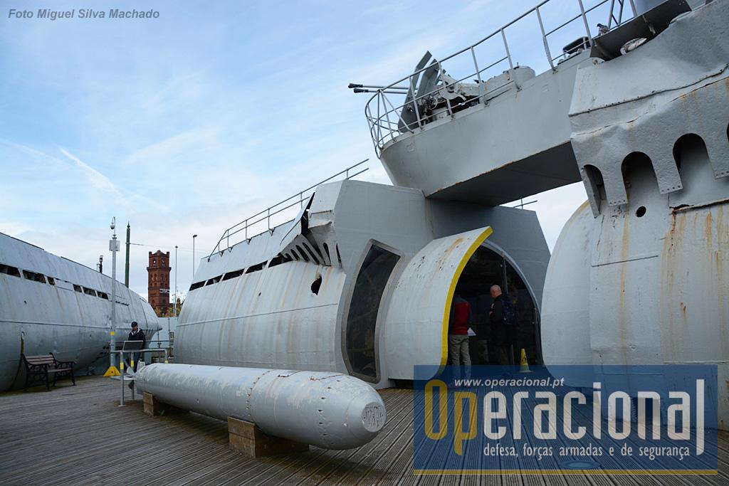Em primeiro plano o torpedo T11 Zaunkoning 2, o mais avançado produzido até ao final da guerra, e este é um dos apenas 38 construídos. Torpedo acústico dotado de um sofisticado sistema de guiamento que procurava o ruído emitidos pelos hélices dos navios. Podia atingir alvos a 5.700m de distância.