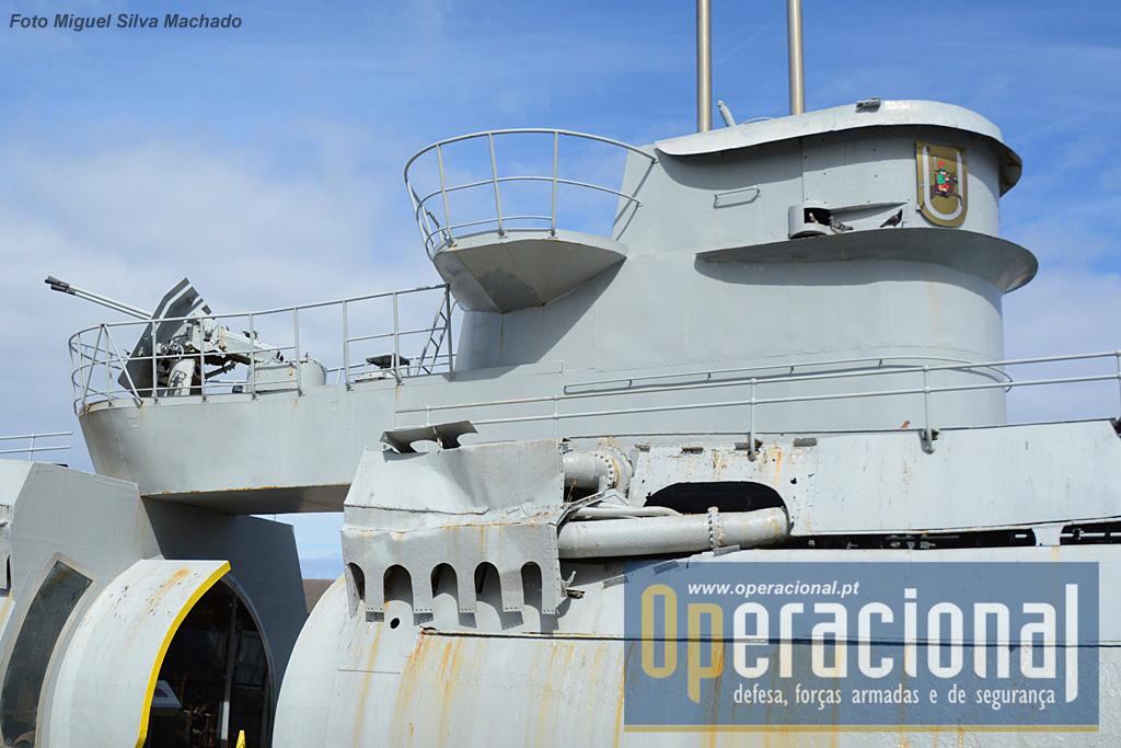 """Duas das secções em que foi cortado o casco do submarino. À esquerda a """"casa dos motores"""", à direita """"a sala de controlo"""" e em cima a torre com o bitubo Flak M42U de 37mm."""