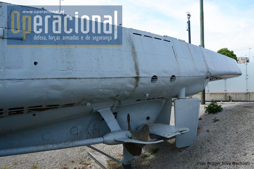 A popa do submarino onde se encontrava a sala dos geradores eléctricos, usados em imersão. Este tipo de submarino tinha também dois tubos lançadores de torpedos para a retaguarda.