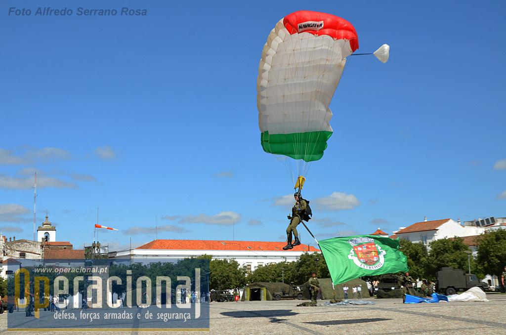 """os """"Falcões Negros"""" saltaram com várias bandeiras, nomeadamente a da cidade de Estremoz."""