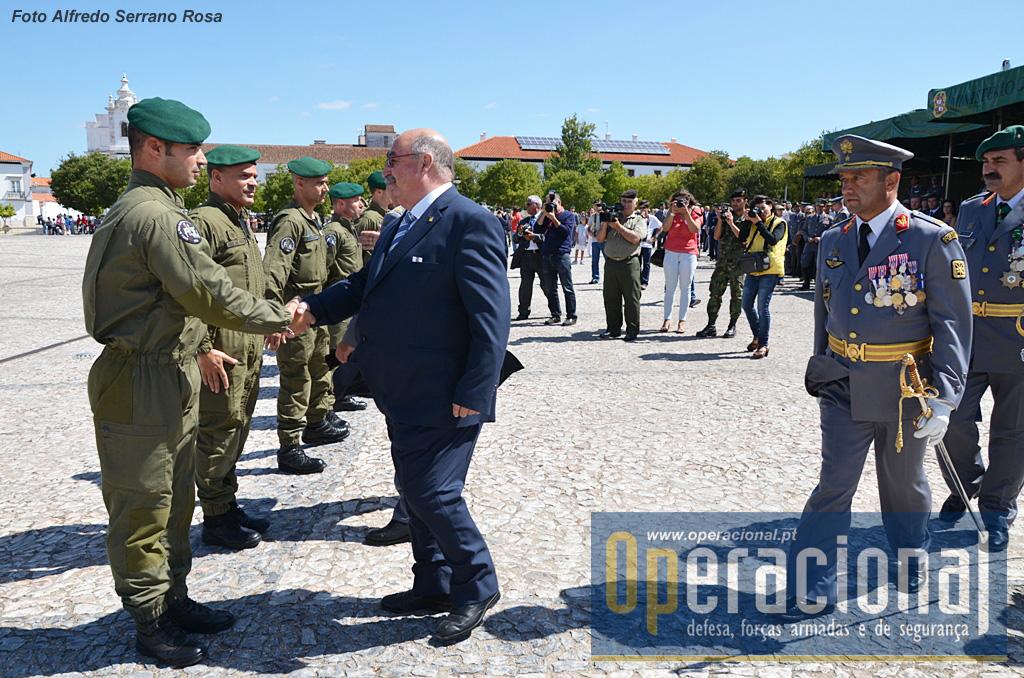 Uma tradição que se mantém, no final dos saltos de demonstração, as altas entidades militares e civis presentes cumprimentam os saltadores. Aqui o Presidente da Câmara Municipal de Estremoz,  Luís Mourinha.