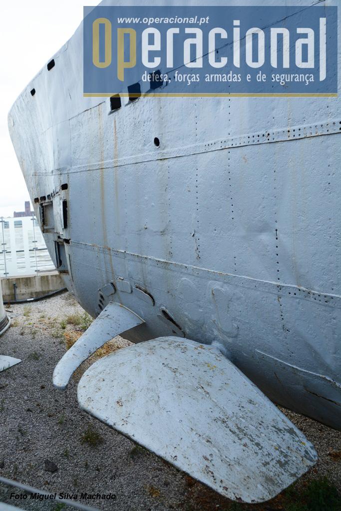 A proa do submarino e os seus lemes. depois da sala dos torpedos ficavam os alojamentos da tripulação.