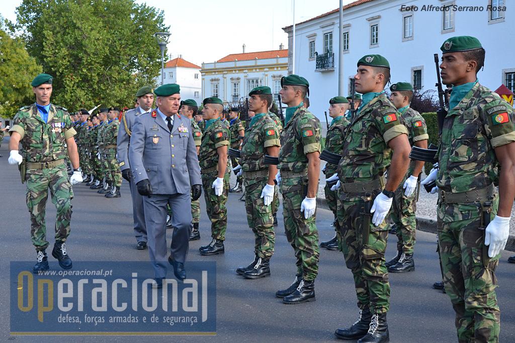 O Chefe do Estado-Maior do Exército, general Carlos Jerónimo passa revista à Guarda de Honra na sua chegada a Estremoz.