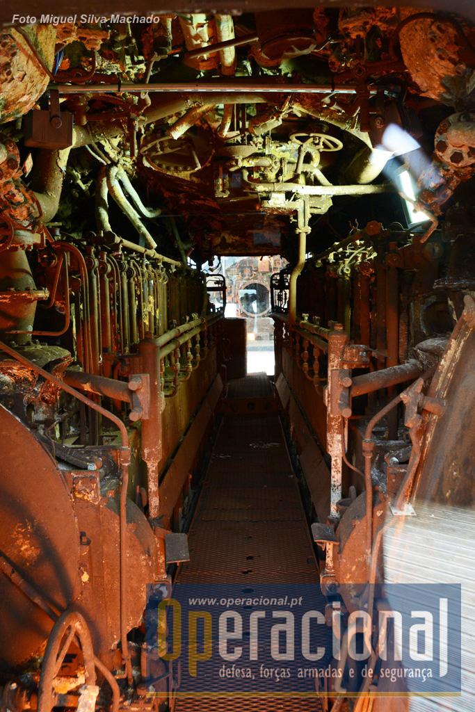 E assim é possível, sem andar de facto dentro do submarino, ver o seu interior.