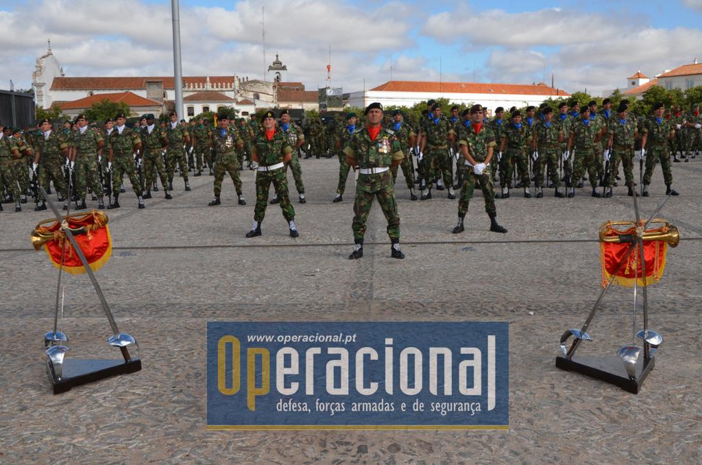 """As Forças em Parada no """"Rossio"""", sob o comando do 2.º Comandante da BrigRR, Coronel Tirocinado de Cavalaria Fonseca Lopes."""