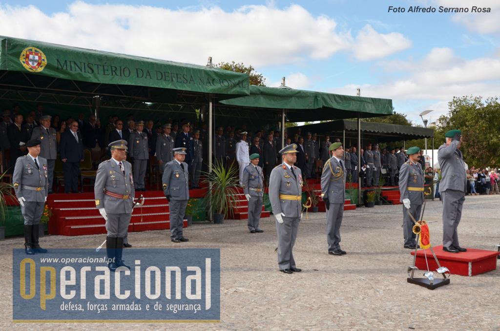 O CEME, ladeado pelo Comandante das Forças Terrestres, Tenente-General António Faria Menezes e pelo Comandante da BrigRR, Major-General Carlos Perestrelo, recebe a continência das Forças em Parada.