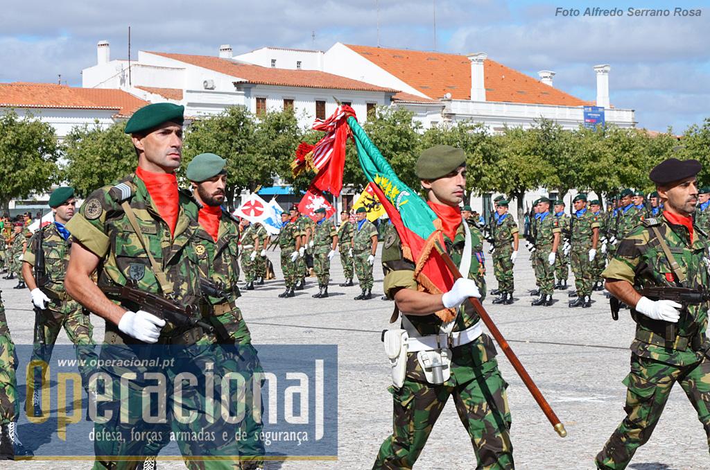 O Estandarte Nacional da Brigada de Reacção Rápida e Escolta integra-se na Formatura Geral.