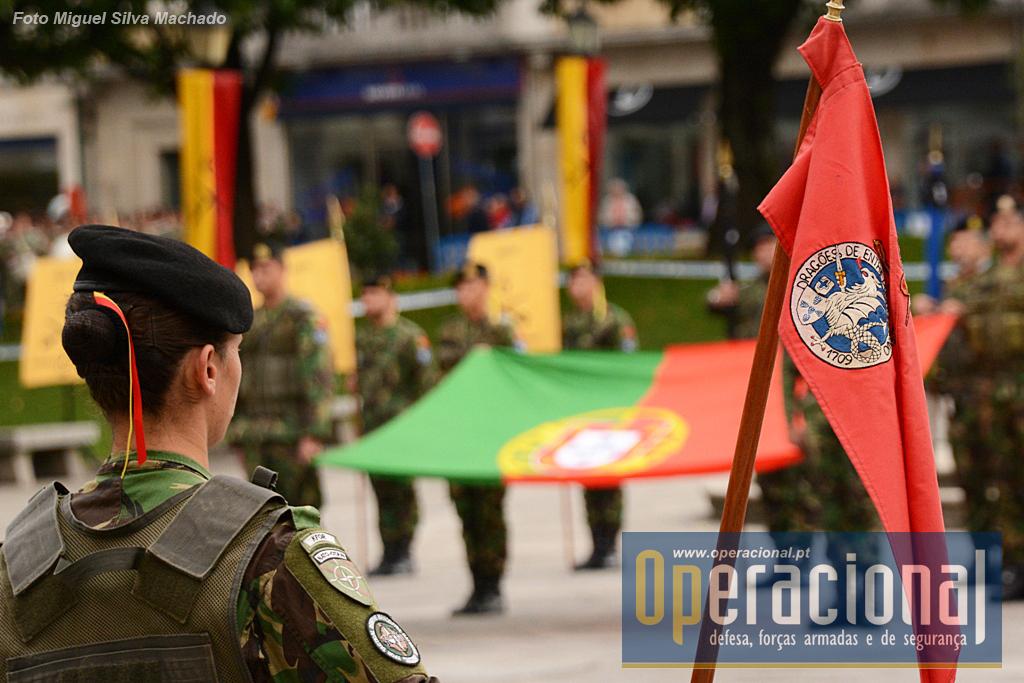 """A cerimónia militar na Praça do Município em Braga, foi """"desenhada"""" de modo a contar um pouco a história das unidades expedicionárias que partiram do Regimento para os teatros de operações da Bósnia, Kosovo, Timor, Afeganistão e Lituânia."""
