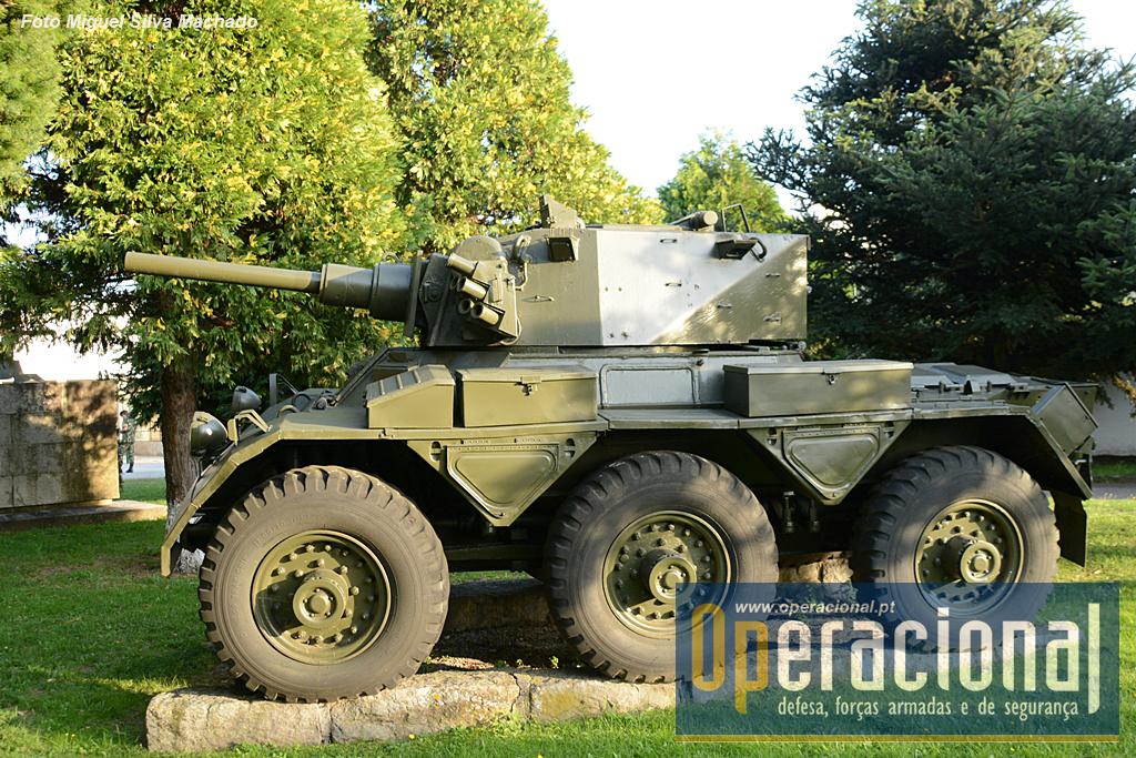 Autometralhadora Saladin Mk II 11,5 Ton. 7,6cm 6X6 M/1982. Foram recebidas 39, provenientes do Reino Unido, em 1982, quando este país retirou este material de serviço e, em Portugal vieram substituir as EBR. Não correspondeu ao que dela se esperava e ainda nos anos 80 foi retirada de serviço. velocidade máxima de 72 Km/h, autonomia 400Km, motor a gasolina. Tinha uma peça de 76mm e uma metralhadora 7,62mm. Comprimento 4,93m, largura 2,54m e altura 2,19. Guarnição de 3 militares, esteve ao serviço na Escola Prática de Cavalaria e nos Regimentos de Cavalaria n.ºs 3 e 6.