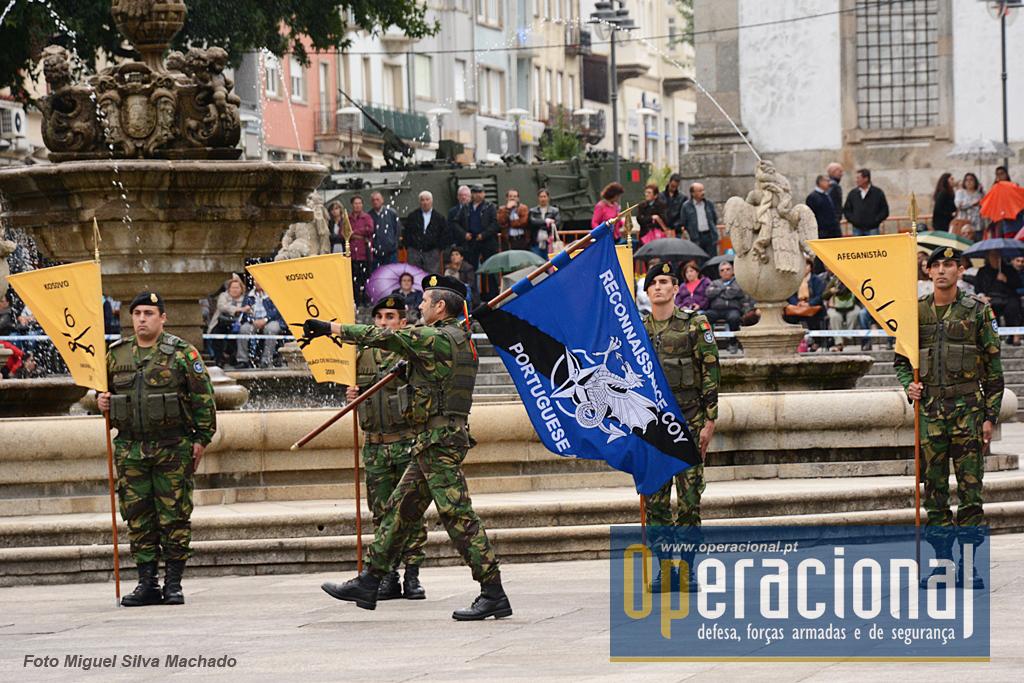 Bandeira usada pela Recce Coy, toma o seu lugar na parada. A urgência da missão nem deu tempo para criar uma simbologia heráldica adequada e a força optou por usar este derivado do que usaram como NATO Response Force em 2014.