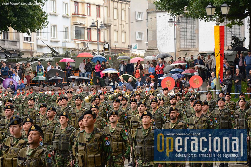 A Banda Militar do Norte, ao fundo, garantiu mais uma cerimónia militar com o habitual profissionalismo e surpreendeu muitos ao também entoar canto.