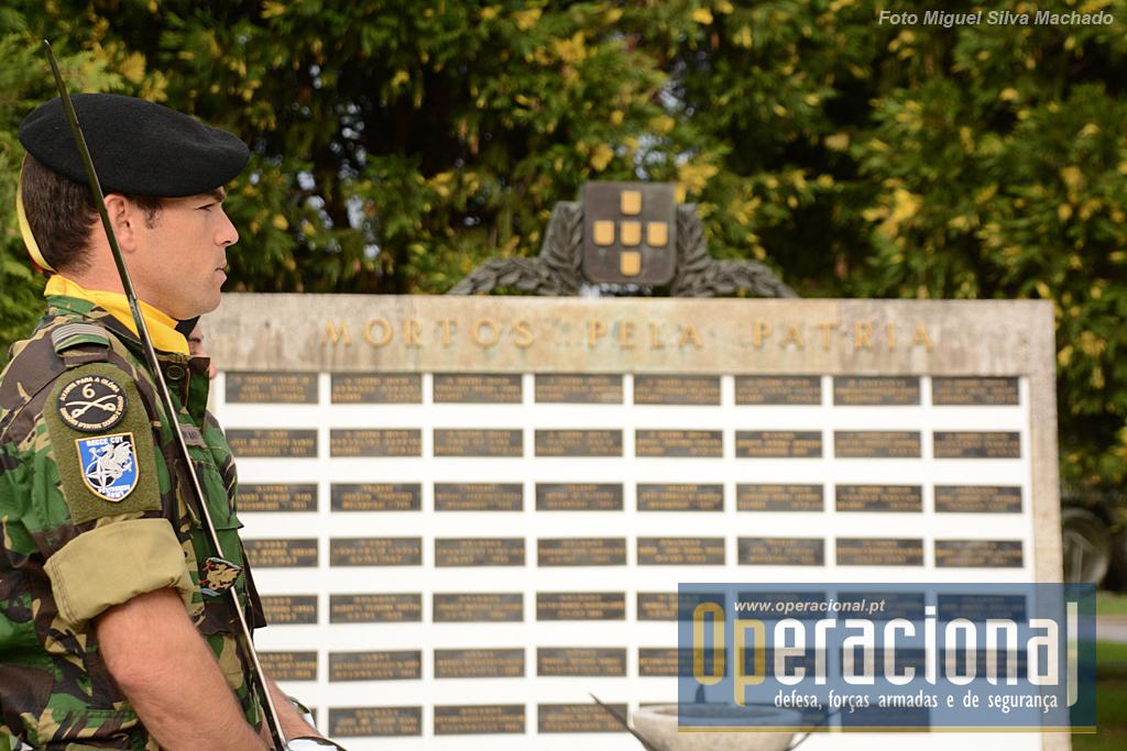 Não esquecer aqueles que caíram no cumprimento do dever faz parte da cultura militar. O Patriotismo ensina-se e pratica-se!