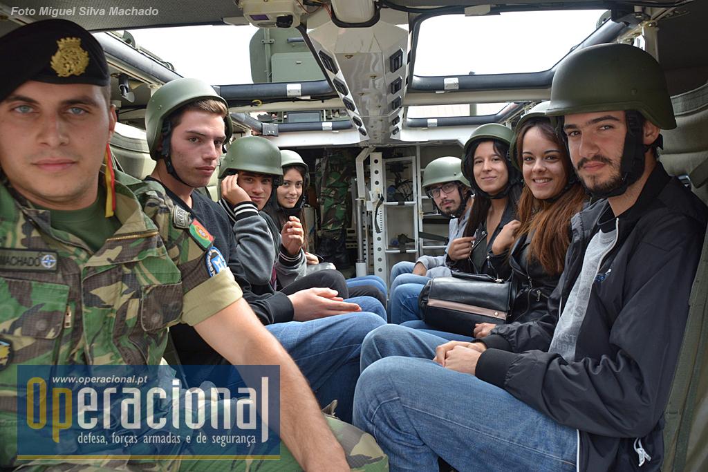 """O RC 6 recebe uns milhares de jovens por ano para o ia da Defesa Nacional e...a Pandur II cumpre o seu papel de """"informação sobre os sistemas de armas do Exército""""."""