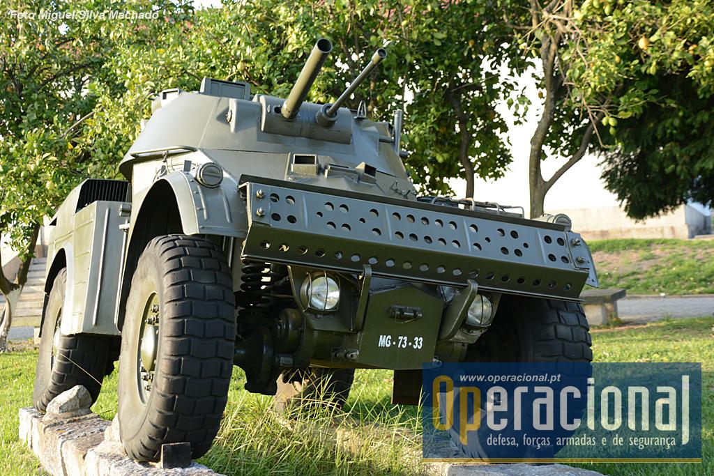 Viatura Blindada de Reconhecimento (AML) Panhard HE60-7, 4,8 Ton 6cm 4X4 M/1965, vulgarmente conhecidas por AML 60 ou Autometralhadoras Ligeiras Panhard. Adquiridas em 1965 em França, foram usadas em Angola, Moçambique e Guiné, e no Continente na Escola Prática de Cavalaria e nos Regimentos de Cavalaria n.º s 3, 4, 6, 7 e 8.