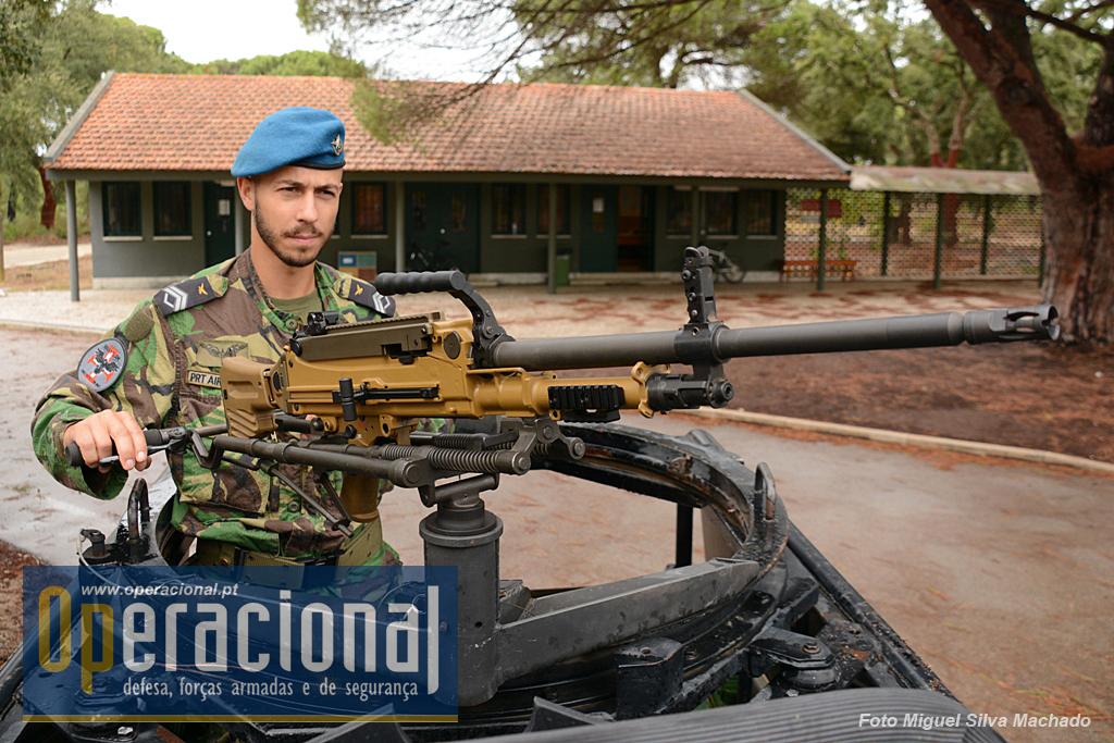 O Cabo-Adjunto da UPF Paulo Santos, 24 anos de idade, 6 de Força aérea, com duas missões expedicionárias cumpridas no Mali e uma de evacuação na Síria, acaba de montar a HK-MG5 numa das novas viaturas tácticas ligeiras (blindadas) desta unidade.