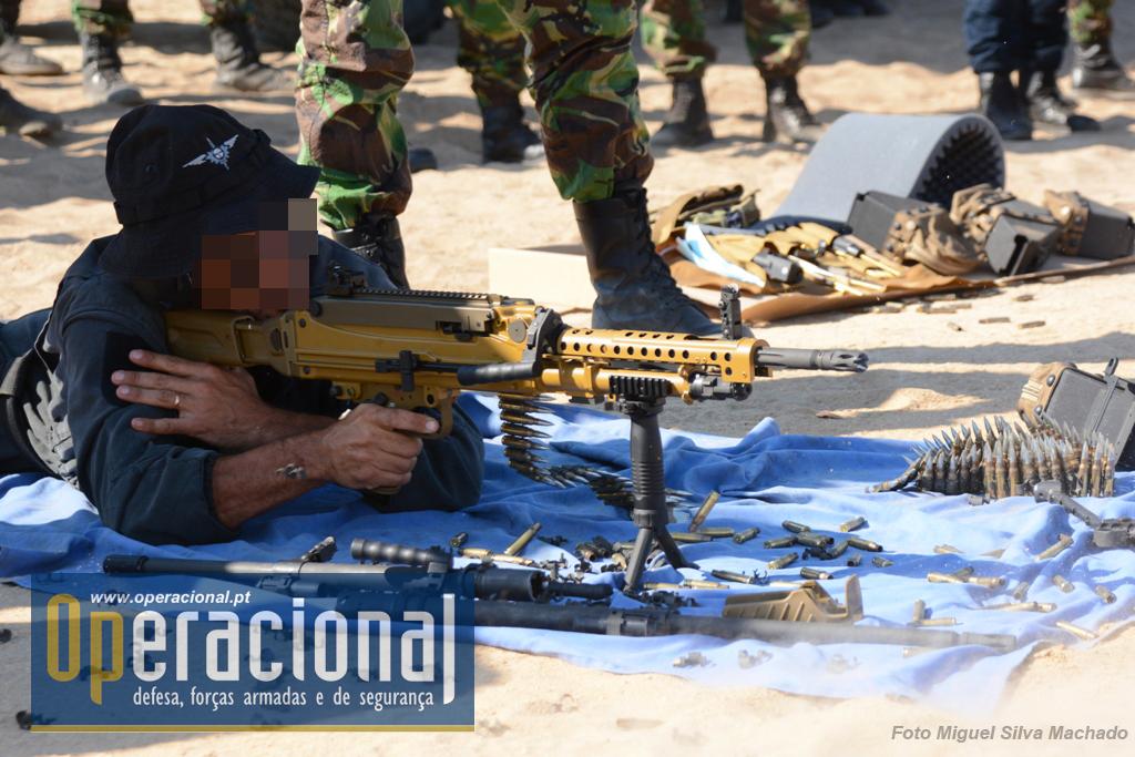 """Operador do GOE/PSP a testar a MG-5, versão """"infantaria"""", com o punho a servir de bipé, outra das modalidades em que a arma pode ser usada."""
