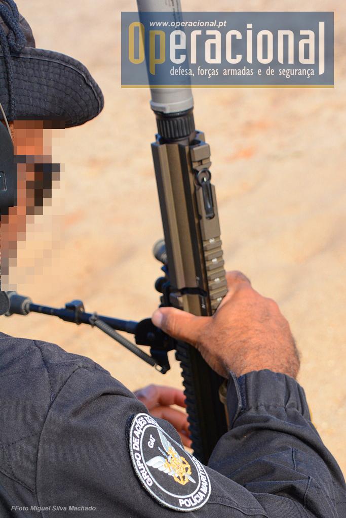 Sempre que se coloca o supressor de som é necessário accionar o respectivo selector, sob pena de não haver a correcta ejecção do invólucro e apresentação de nova munição para disparo.
