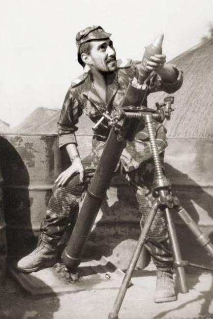 Furriel miliciano Luís Guerreiro operando o morteiro 81mm de Ganturé.