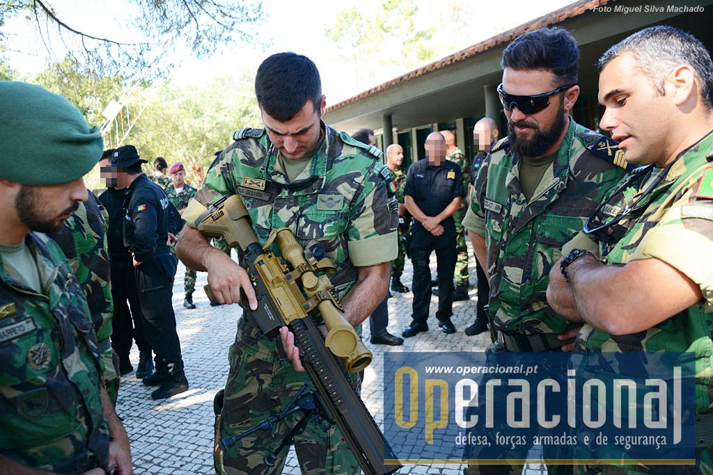 A HK 416 5,56mm, aqui manuseada por um oficial do Centro de Tropas de Operações Especiais da Brigada de Reação Rápida do Exército, está ao serviço nesta força e também no Grupo de Ações Táticas da Policia Marítima.