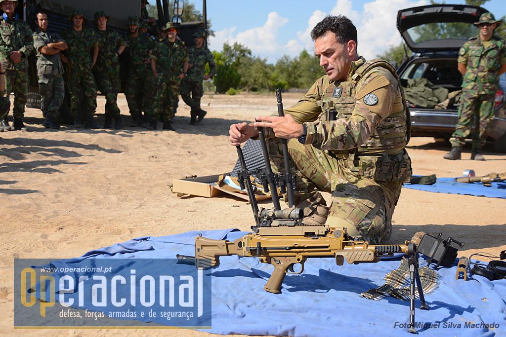 À semelhança do que se verificou com a G-28, coube a Miranda Neto, fazer a apresentação da MG 5 em sala e depois na carreira de tiro. Na foto, mostra os três canos  passiveis de serem usados na arma.