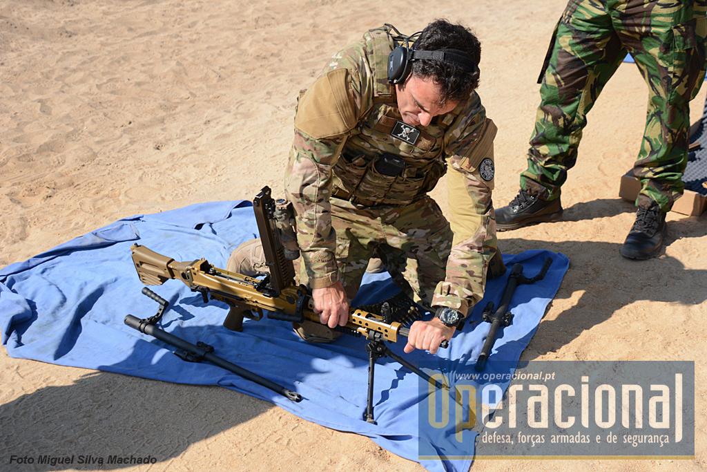 """Em segundos a metralhadora ligeira pode ser convertida para """"infantaria""""."""