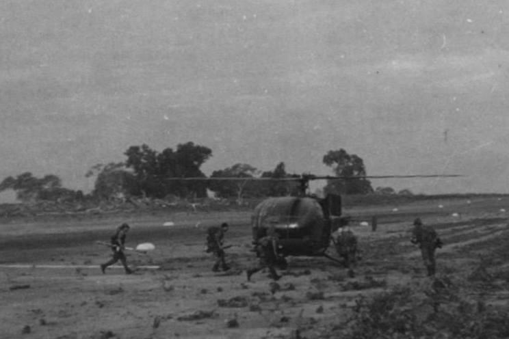 A ideia inicial foi lançar uma operação helitransportada com tropas pára-quedistas, mas a falta de informações sobre o que se estava a passar no objectivo e a urgência de lançar um ataque fulminante, influíram na decisão final.