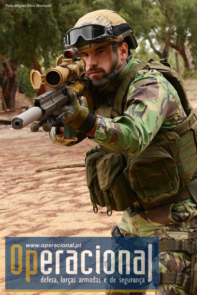O Cabo-Adjunto Marco Cartaxo da UPF, 24 anos de idade, 6 de Força Aérea, com dua missões cumpridas no Mali, usando a G-28. Aqui o militar usa a arma (e o Aimpoint) numa situação de tiro instintivo - foi surpreendido durante um deslocamento, por exemplo - e não no tiro preparado que é o típico para este tipo de espingarda.
