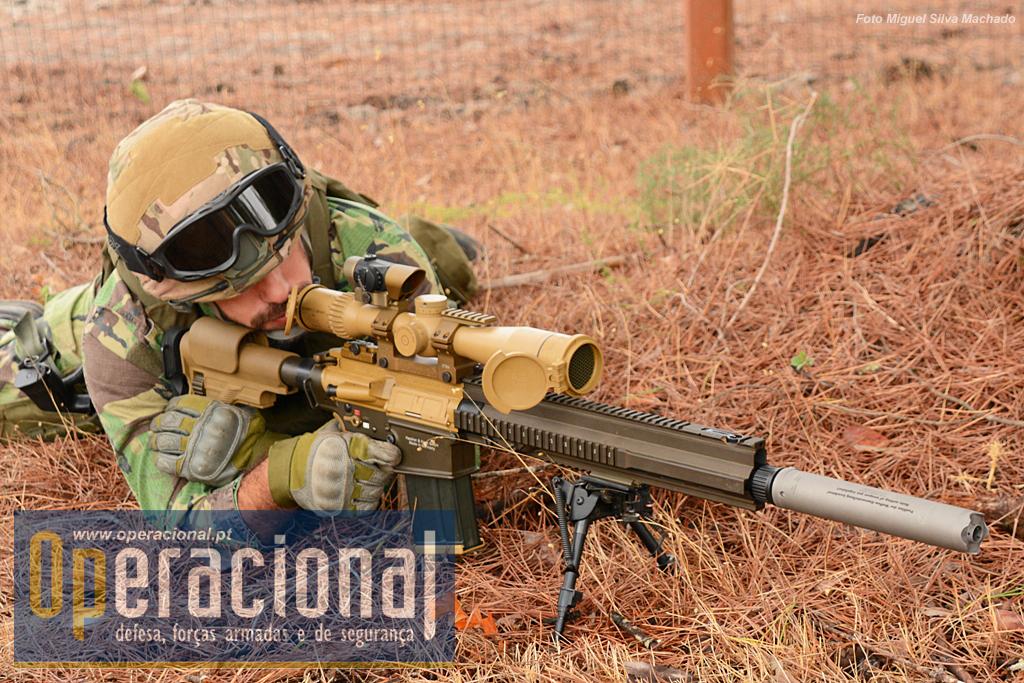 """Numa posição confortável, apoiado com o bipé """"Harris"""", Marco Cartaxo prepara o disparo usando a mira telescópica que pode ir até 20 aumentos. Além da G-28, usa o colete balístico NFM Trym QRS e o capacete HC-XP Skeleton."""