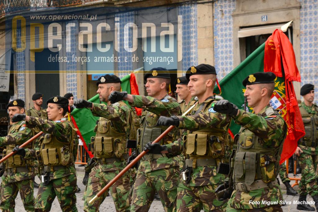 Os Estandartes Nacionais que acompanharam a Reccy Coy na Lituânia e o Grupo de Autometralhadoras no Kosovo, entram na Praça do Município em Braga, vindos do Regimento de Cavalaria 6.