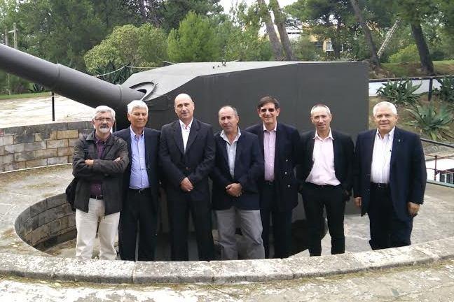 A Comissão Instaladora da ARTCOSTA, junto a uma das peças da antiga 3.ª Bateria do Regimento de Artilharia de Costa (Lage), hoje muito bem  preservada pela Associação de Comandos.