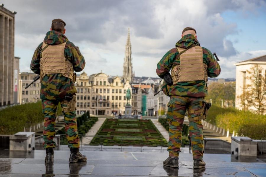 Militares belgas em Bruxelas no âmbito das missões decorrentes da ameaça terrorista em Novembro de 2015.