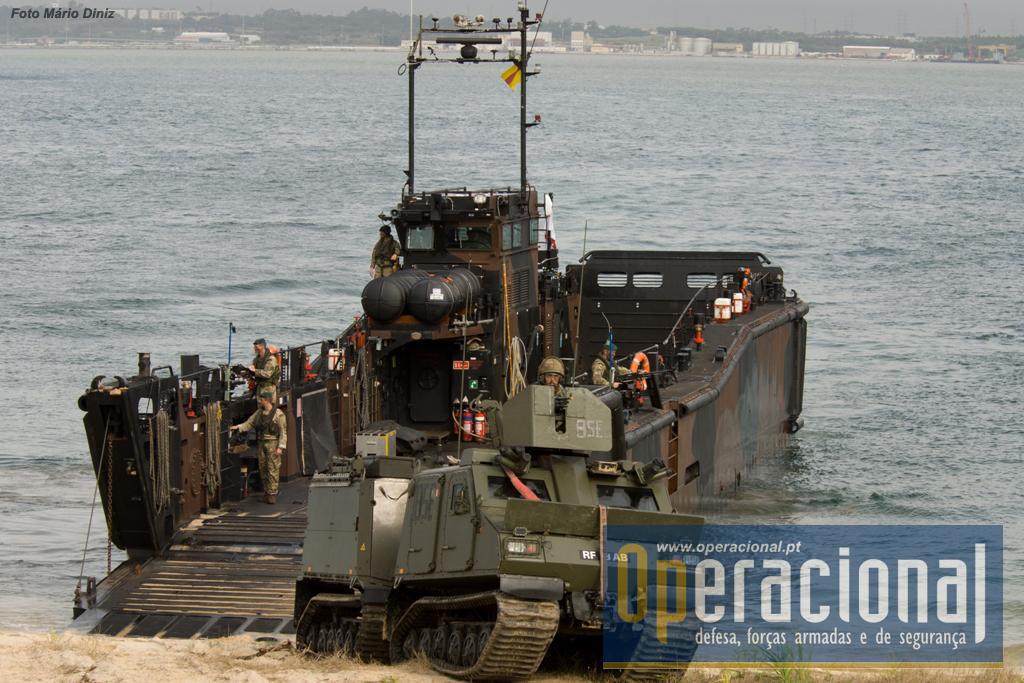 """Veículos blindados de transporte de pessoal """"Viking"""" desembarcam de Lanchas de Desembarque MK 10 no decurso do """"evento de alta visibilidade"""" final do TJ 15 em Tróia no dia 05NOV2015"""
