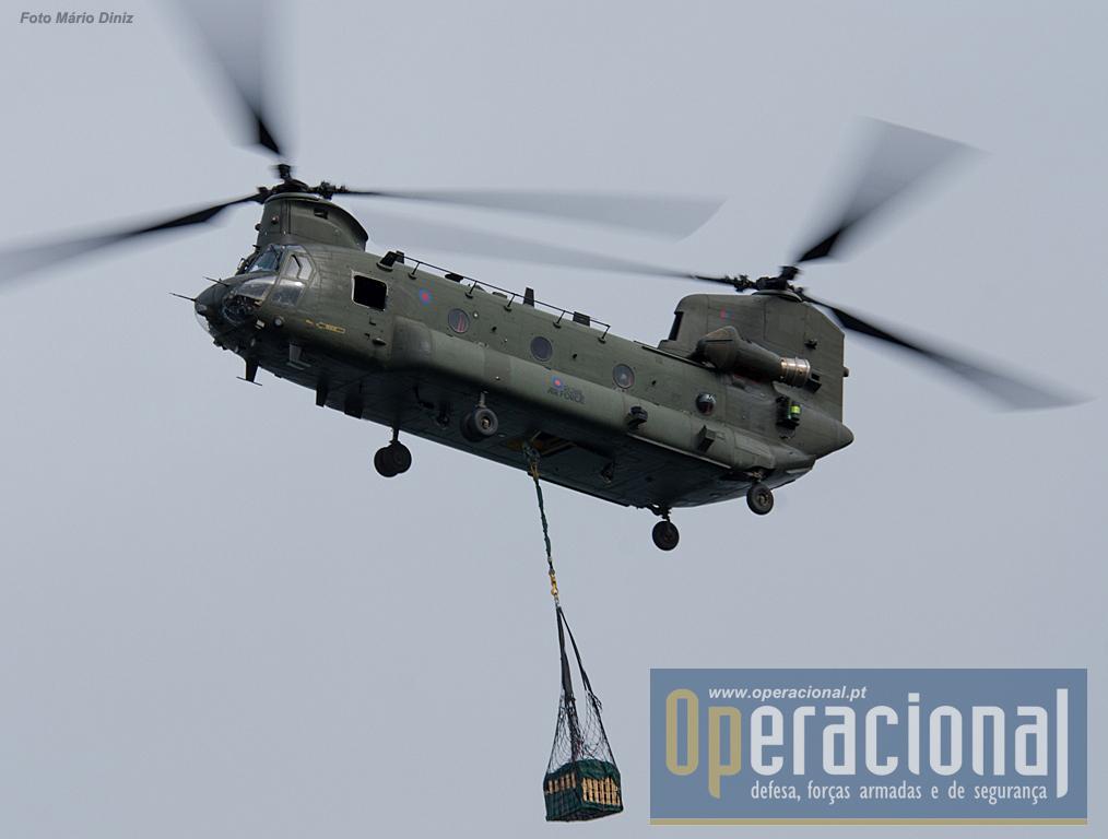 """O Chinook HC2/2A/3, verdadeiro """"cavalo de batalha"""" da Royal Air Force em operações um pouco por todo o mundo. Pode transportar 55 militares (o normal é até 40)."""