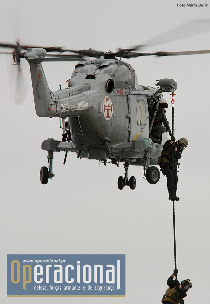"""Aqui o Lynx Mk 95 da Esquadrilha de Helicópteros de Marinha a inserir forças especiais através de """"corda rápida""""."""
