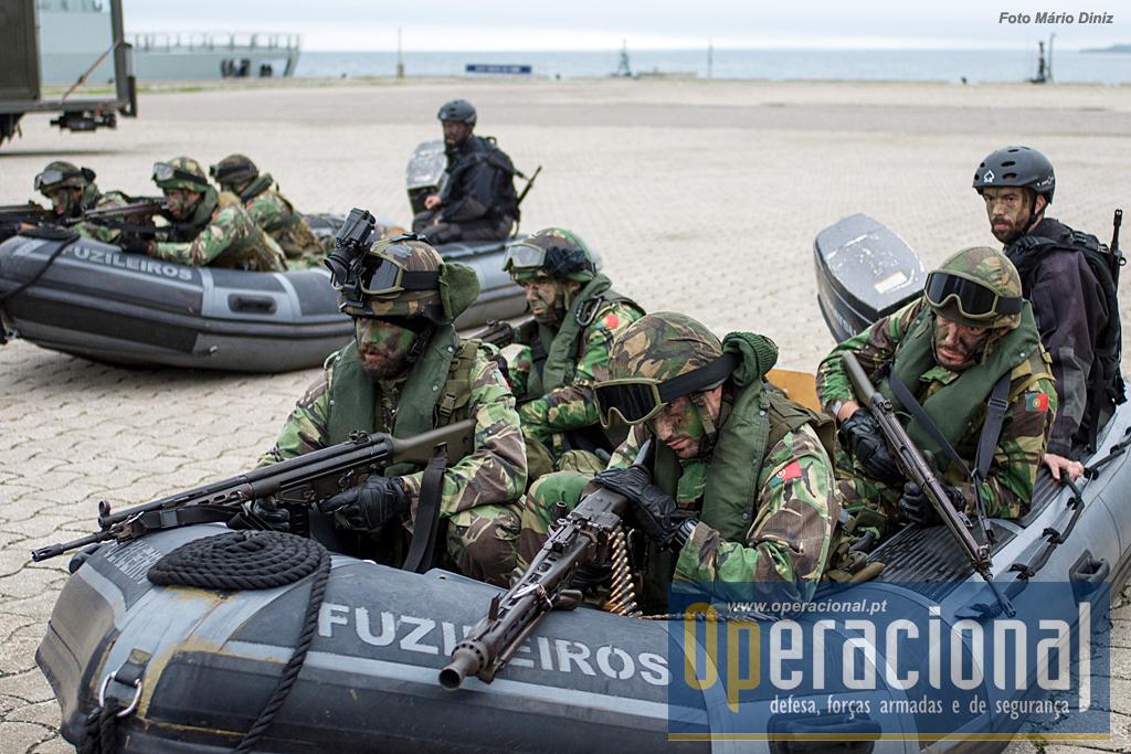 """Fuzileiros portugueses com o seu armamento """"standart"""". A espingarda automática G-3 e a MG-3, ambas em 7,62mm."""