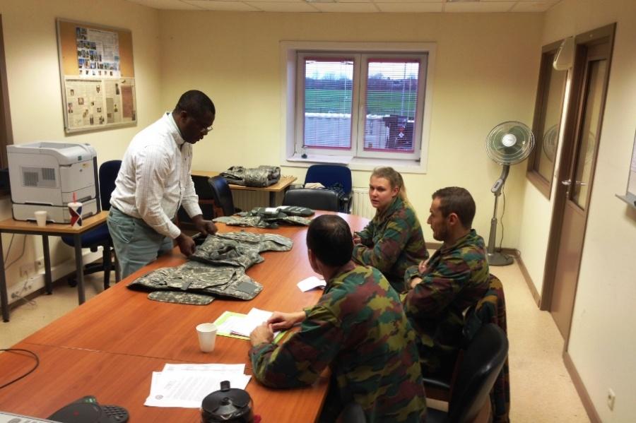 Entidades americanas apresentam os seus coletes balísticos a militares belgas (Foto Ministério da Defesa da Bélgica)