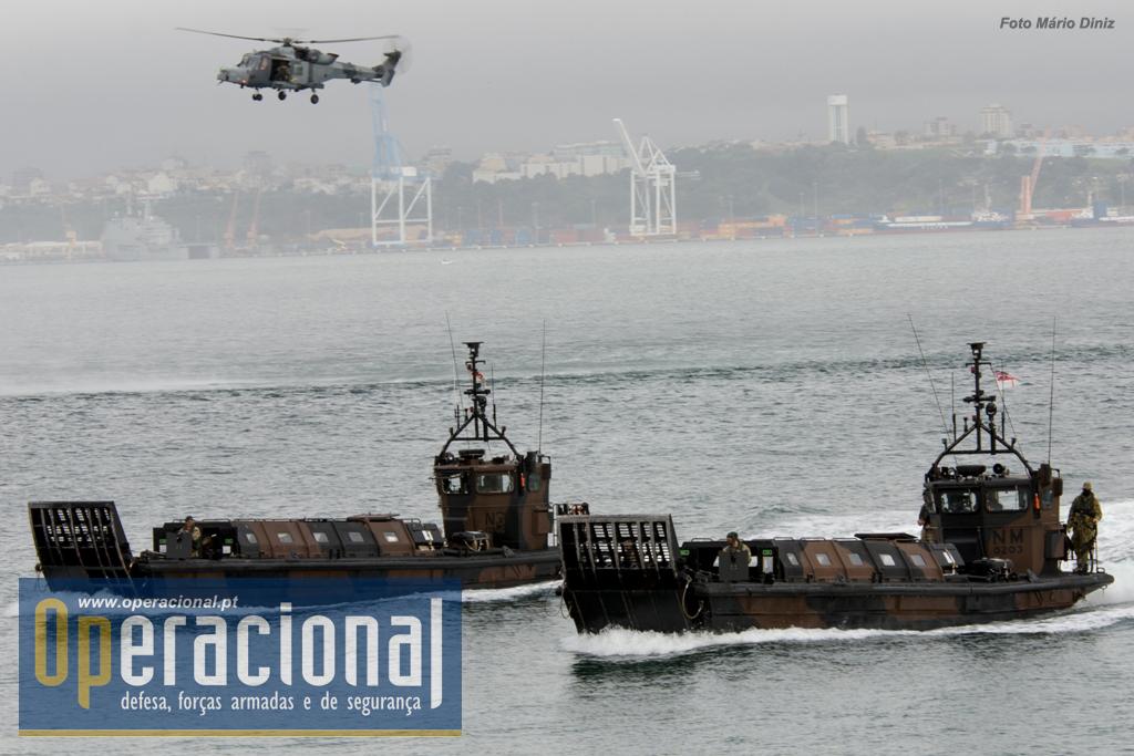 Um Lynx Wildcat apoia o movimento de duas LCVP (Landing Craft Vehicle & Personnel) Mk 5.