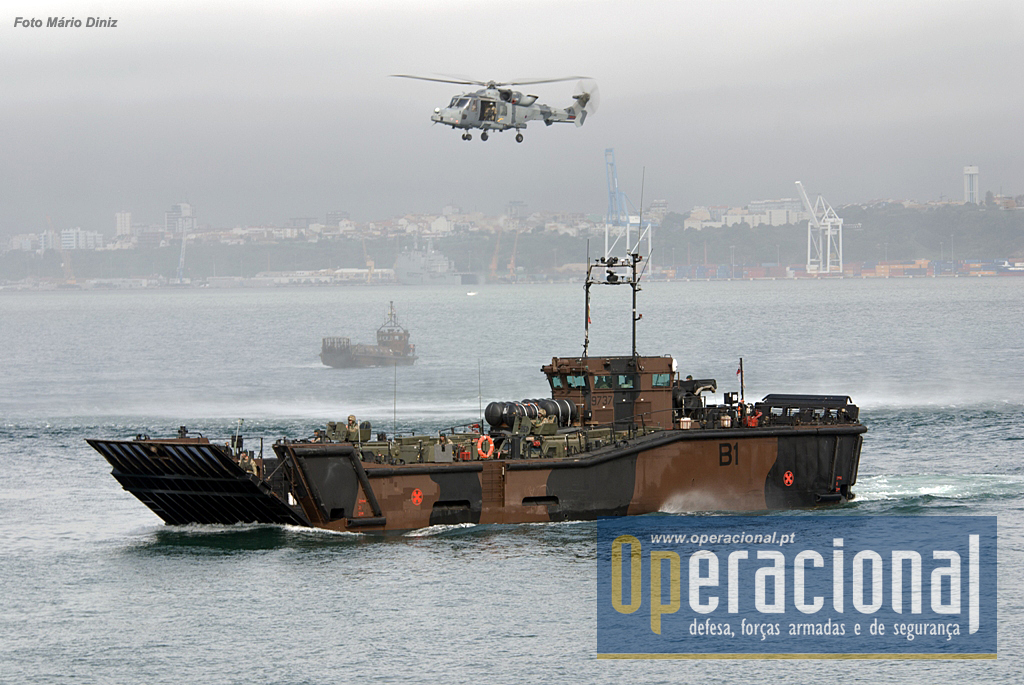 "A Landing Craft Utility Mk10 tem 29 metros de comprimento e pode transportar 120 fuzileiros equipados para combate ou 4 veículos blindados ""Viking""."