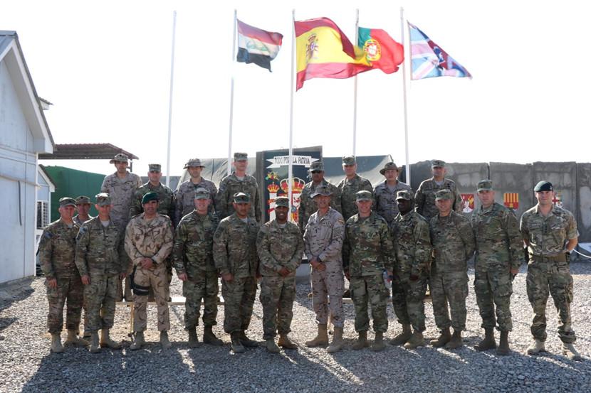 """""""Foto de familia"""" da reunião de comandos do 82.ª Divisão Aerotransportada dos EUA, com as forças presentes em Besmayah."""