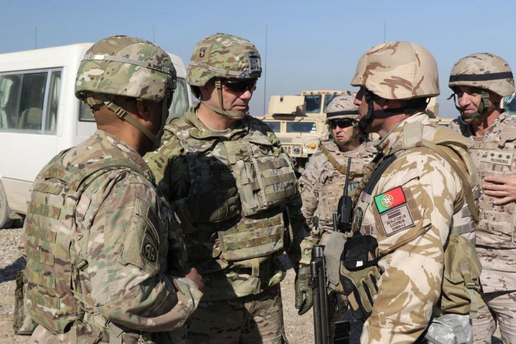 O general de brigada Steve Gilland, da 101.ª Divisão Aerotransportada dos EUA cumprimento o major Lopes da Brigada de Reacção Rápida de Portugal