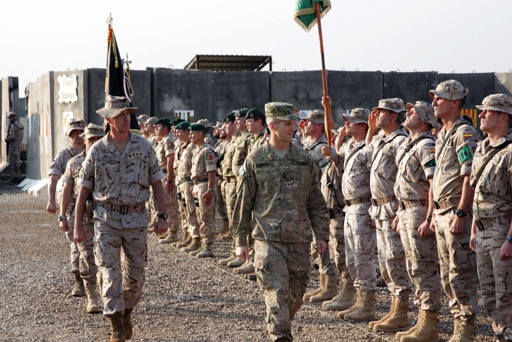 Richard D. Clarke, comandante da 82.ª Divisão Aerotransportada do Exército dos EUA e comandante da Componentes Terrestres da Coligação Internacional, passa revista aos contingentes presentes em Besmayah na agora denominada Praça Ibérica (Foto EMD - Espanha)